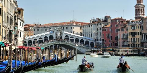 Italy-Venice-Rialto-Gondoliers